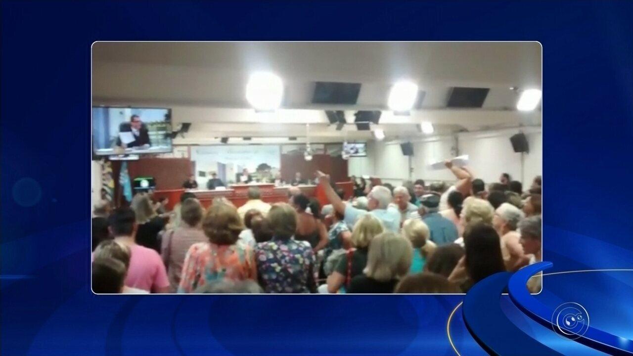 População de Assis protesta e projeto de lei que cria cargos comissionados é rejeitado