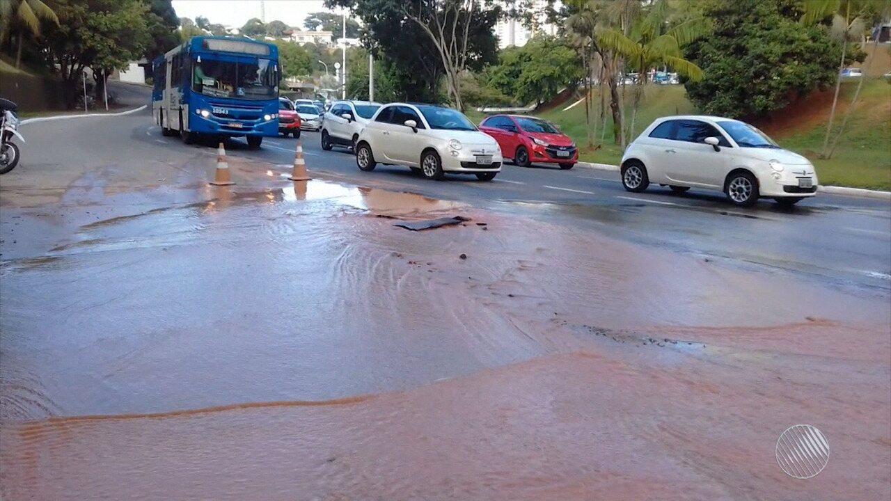 Cano estoura e complica o trânsito na Avenida Juracy Magalhães