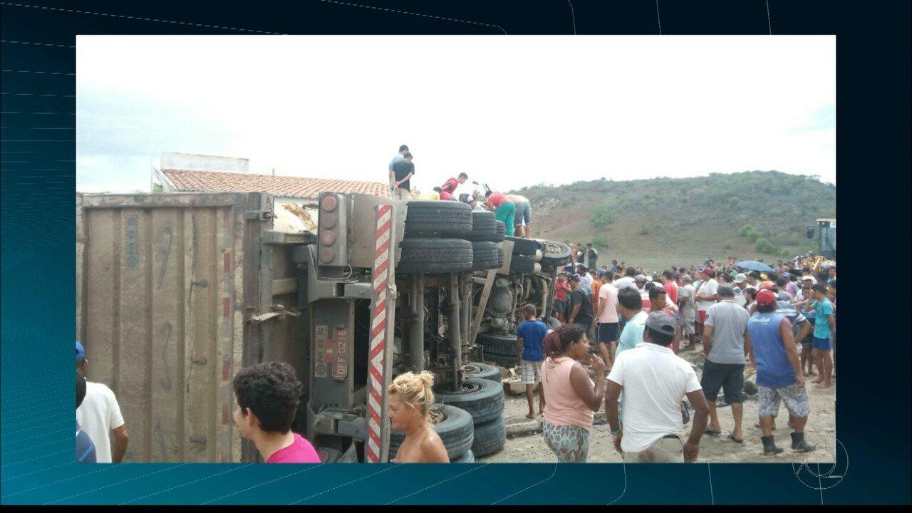 Caminhão sem freio invade casa em Tacima