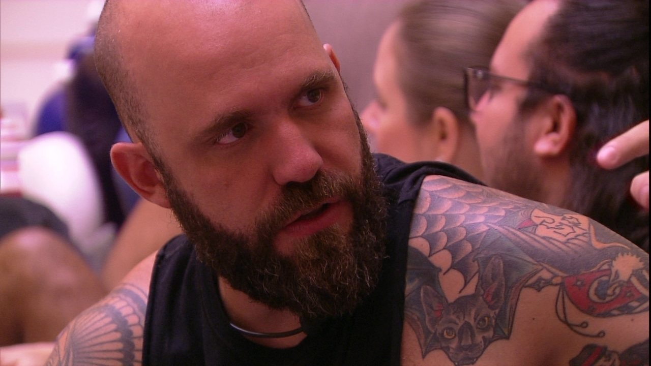 Caruso para Gleici: 'Você se intimida quando eu te olho?'