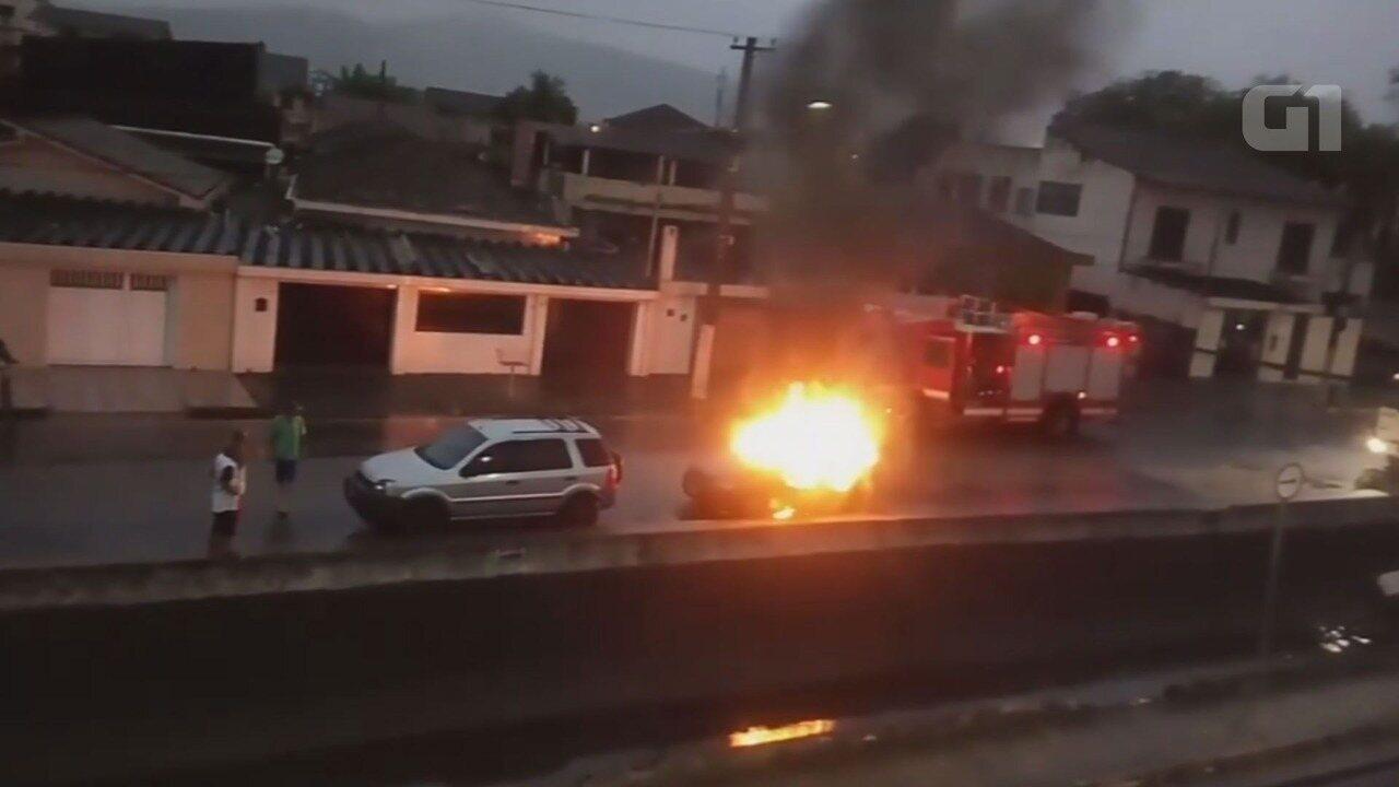 Carro é incendiado após homem descobrir traição da própria mulher em Santos