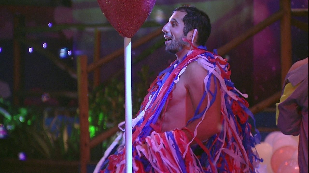 Kaysar dança com fitas coloridas enroladas no corpo