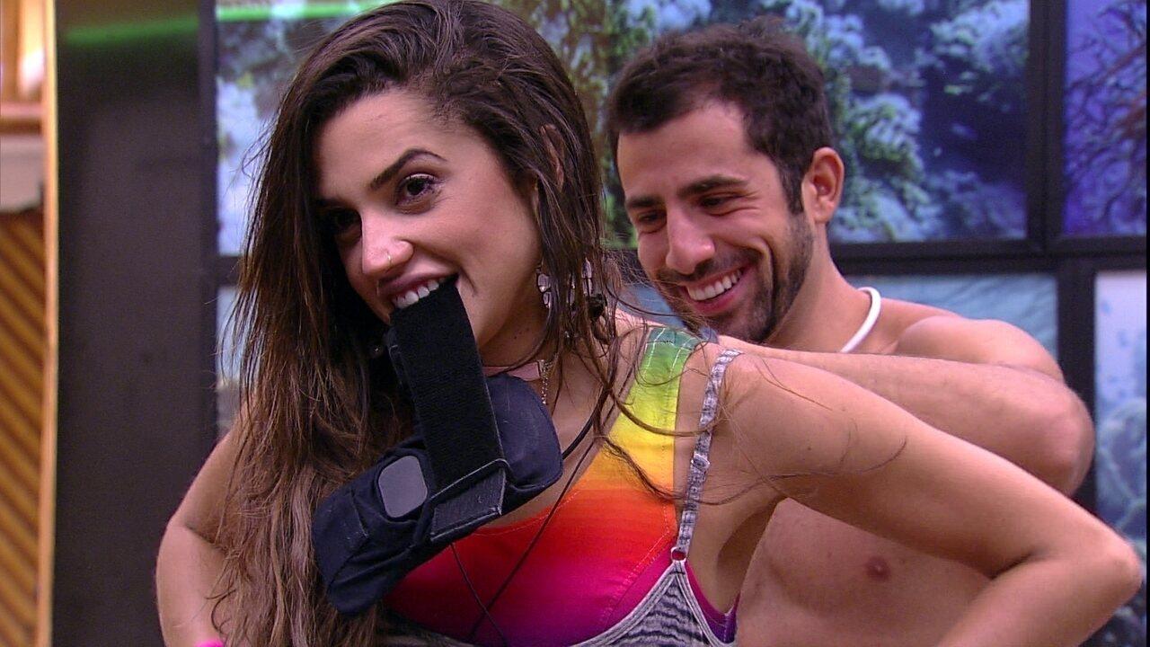 Paula pede ajuda de Kaysar para tirar o top e brother pergunta: 'Posso abrir com a boca?'