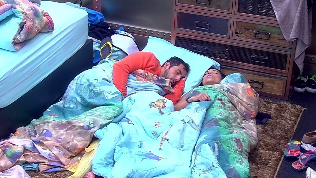 Kaysar e Paula dormem juntos no chão do Quarto Submarino