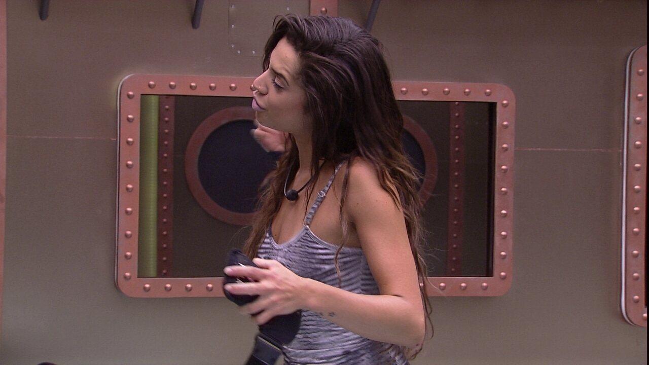 Paula samba com música no Quarto Submarino