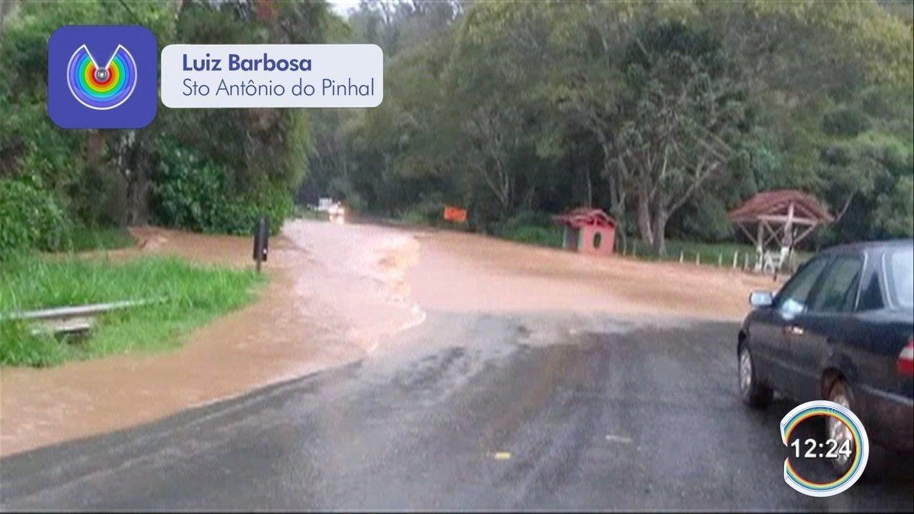 Chuva alaga rodovia em Santo Antônio do Pinhal