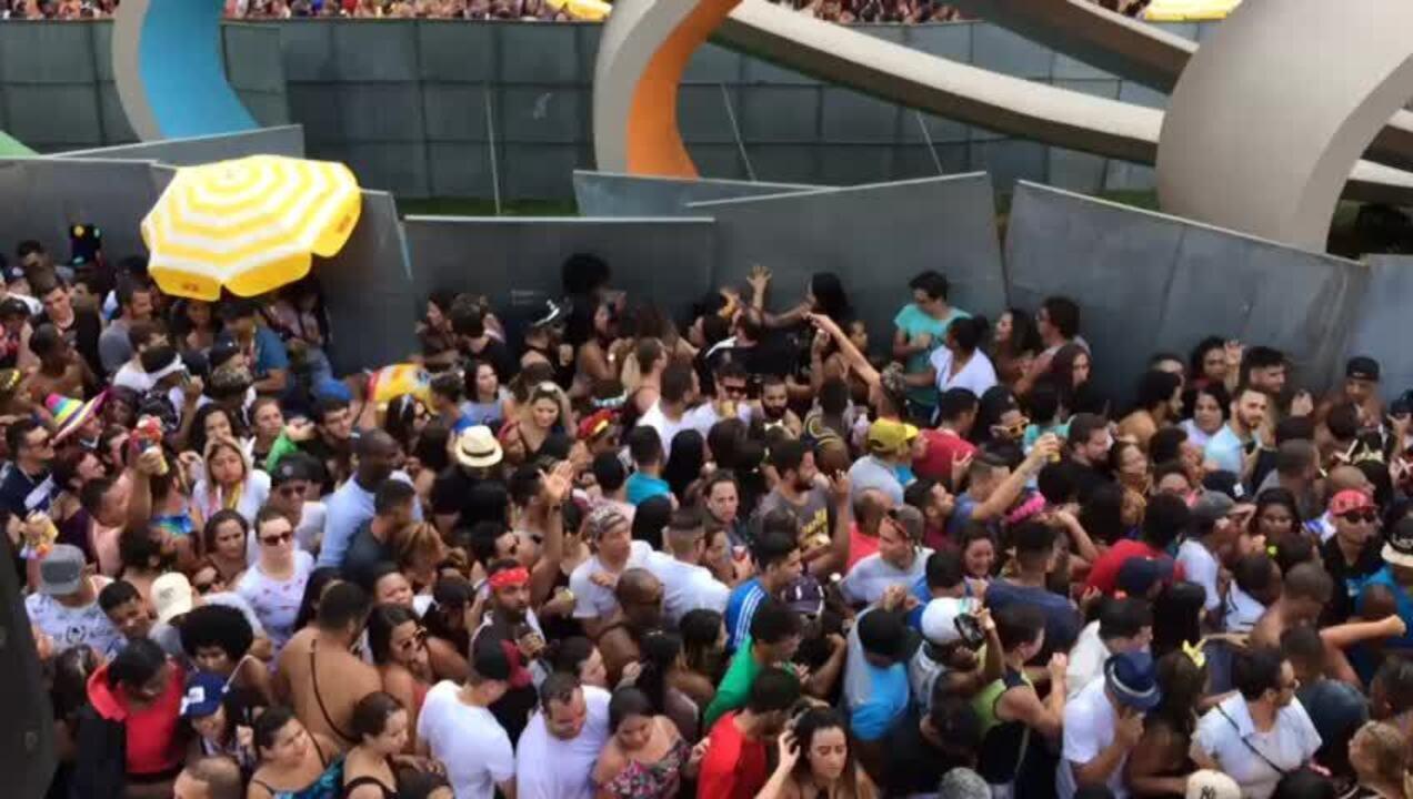 Tapume cai sobre foliões na Avenida 23 de Maio durante bloco de Claudia Leitte