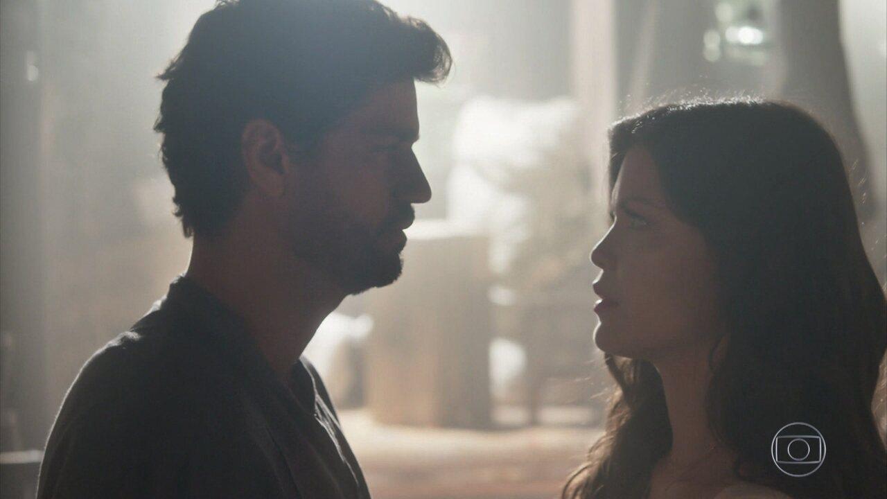 Maria Vitória vai ao celeiro velho e encontra Inácio