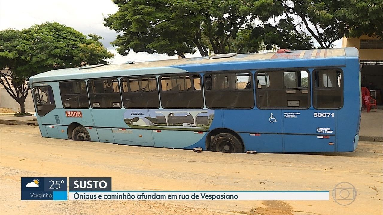 Ônibus e caminhão afundam após asfalto ceder em Vespasiano, na Grande BH