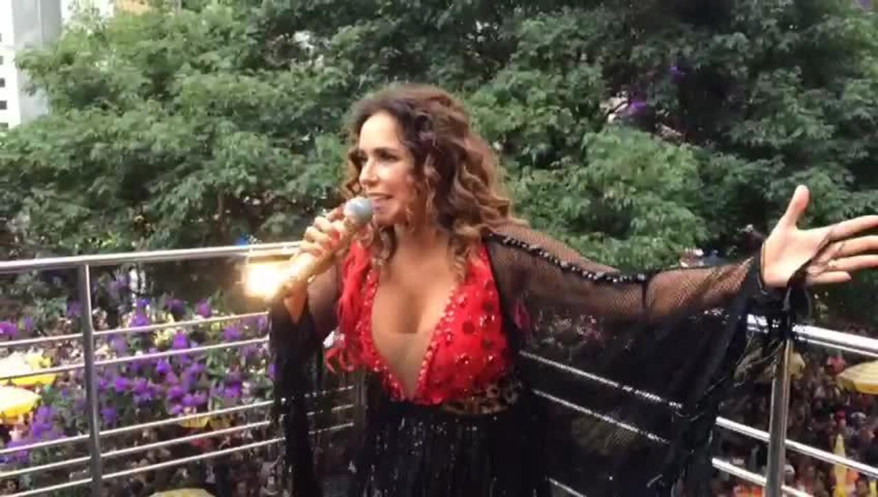 Daniela Mercury canta sucessos em desfile de bloco em SP