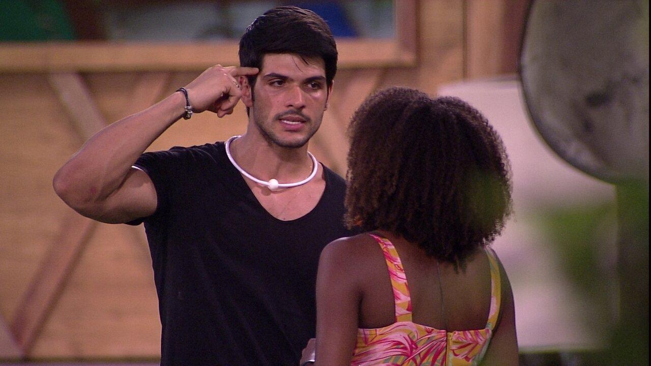 Lucas aponta defeito e Nayara e aconselha sister