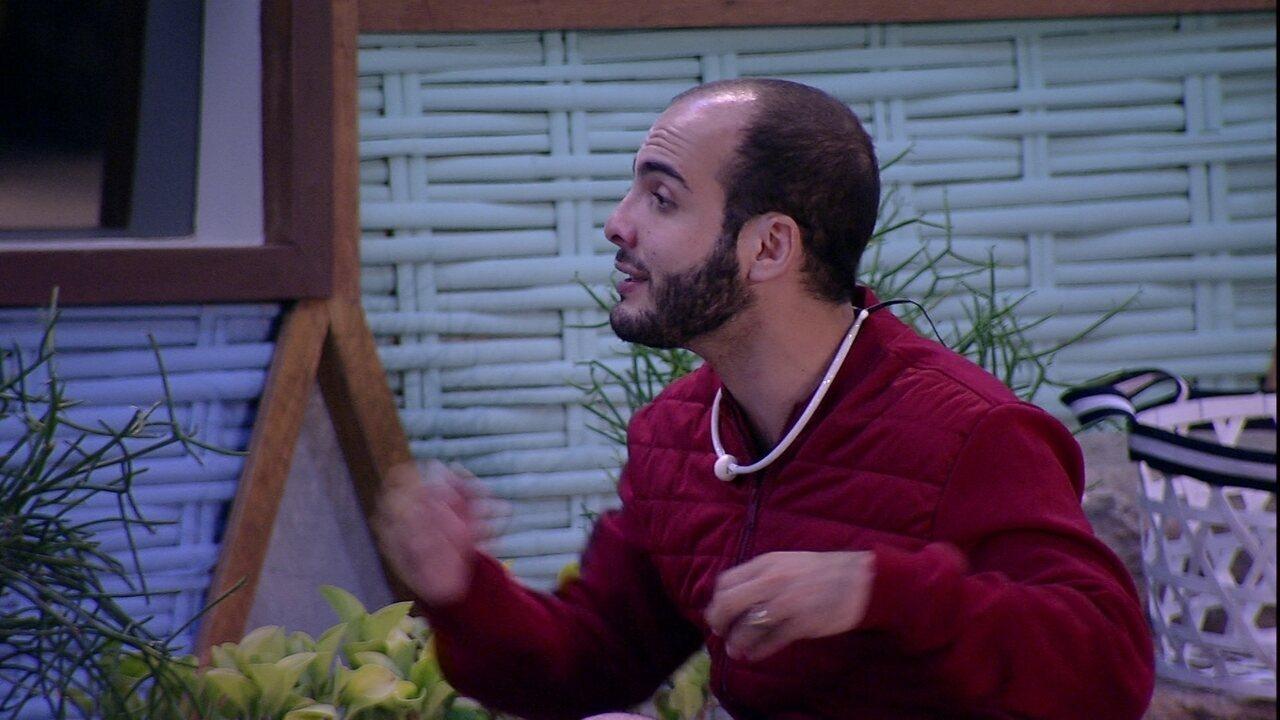 Mahmoud conversa sobre sexualidade com Ayrton e Patrícia