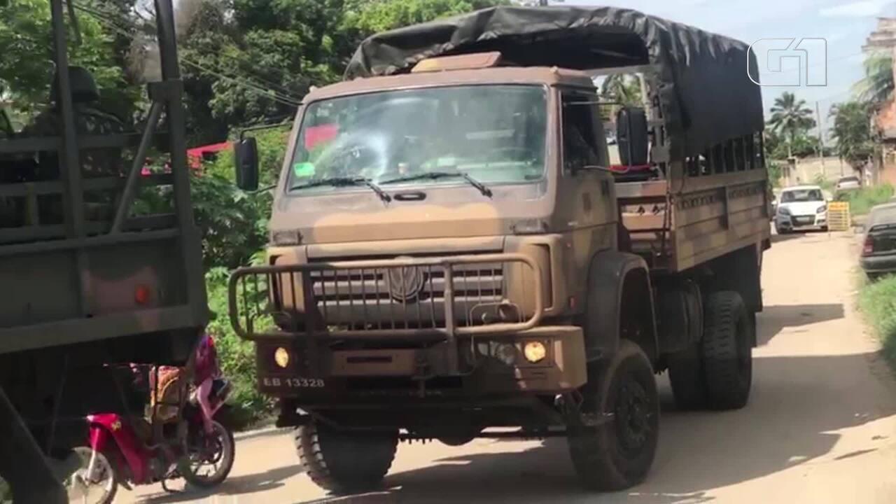 Militares chegam ao presídio Milton Dias Moreira, em Japeri, para fazer varredura