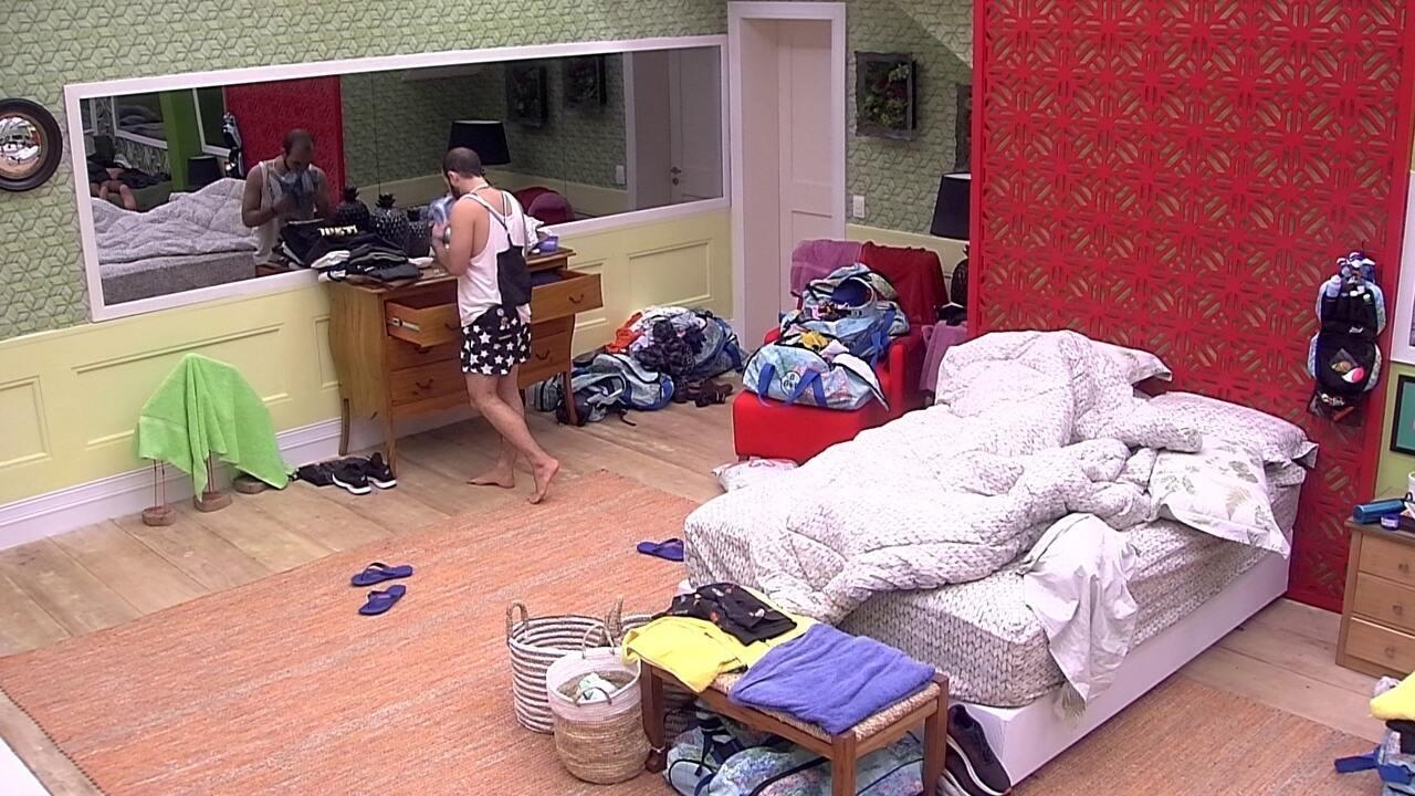 Mahmoud organiza suas roupas na gaveta