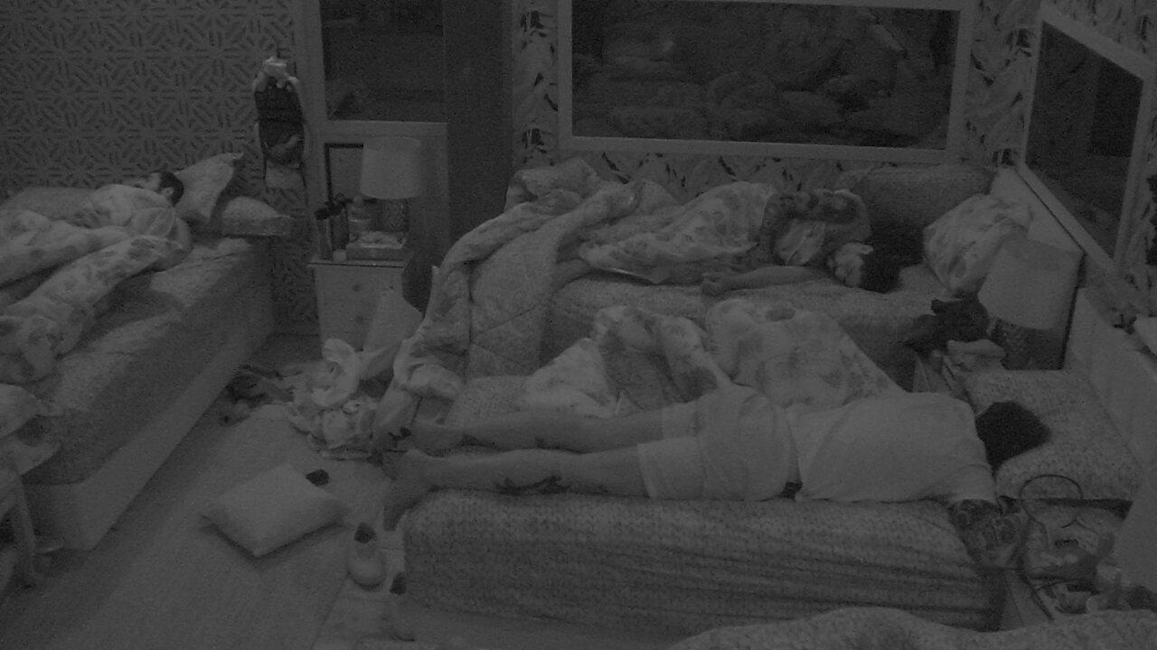 Kaysar, Wagner, Caruso, Gleici e Viegas dormem no Quarto Tropical