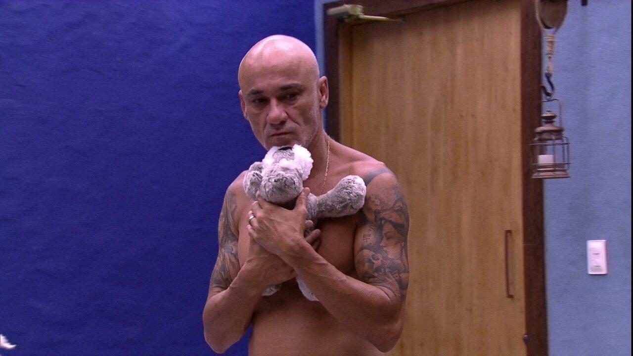 Ayrton pega seu cachorrinho de pelúcia logo após acordar