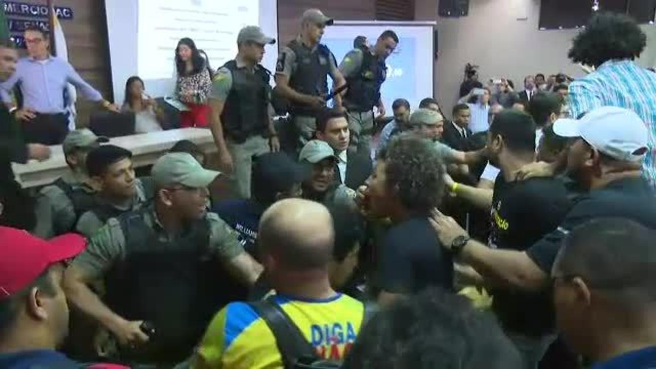 Confusão e tumulto durante audiência que debate desestatização da Eletrobras no Acre