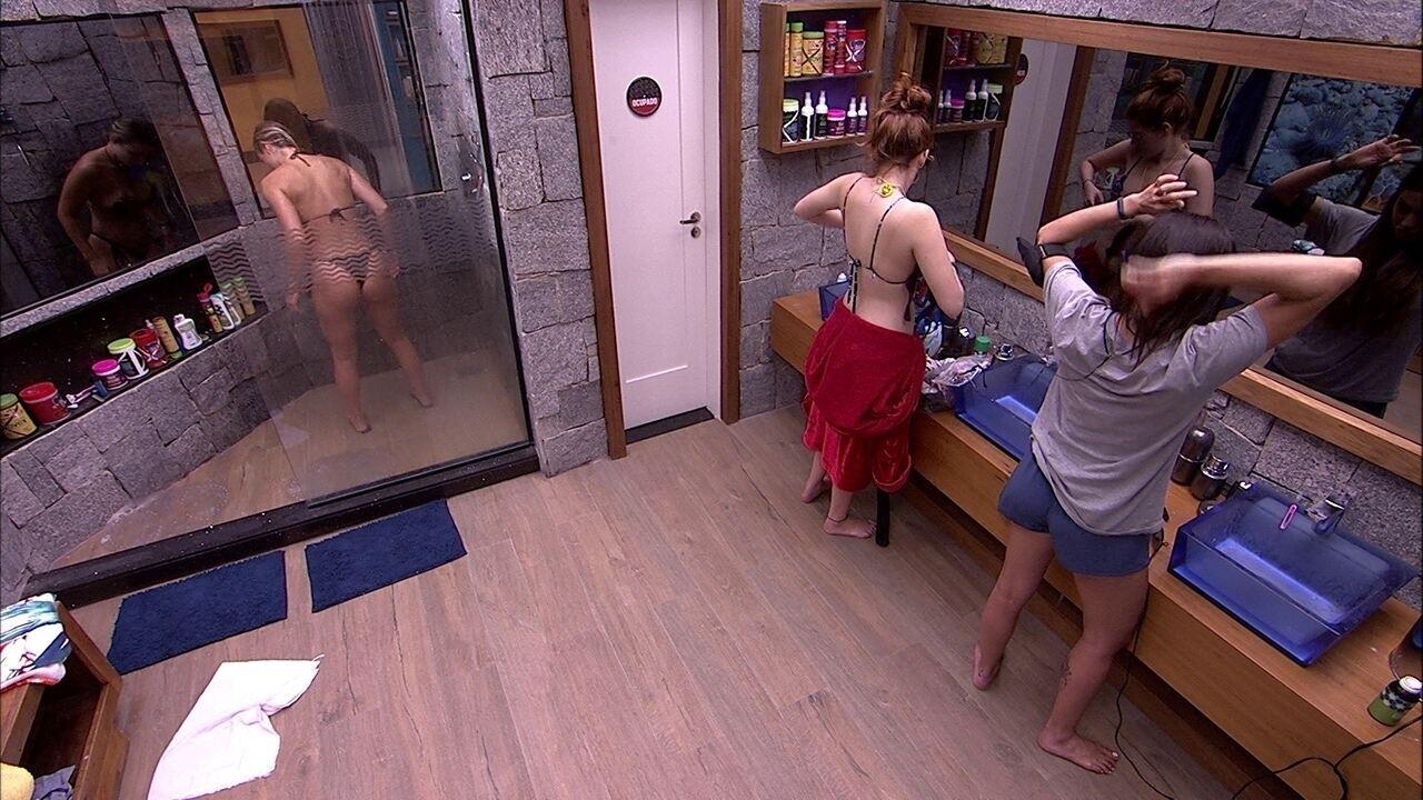 Jéssica toma banho e Paula arruma o cabelo
