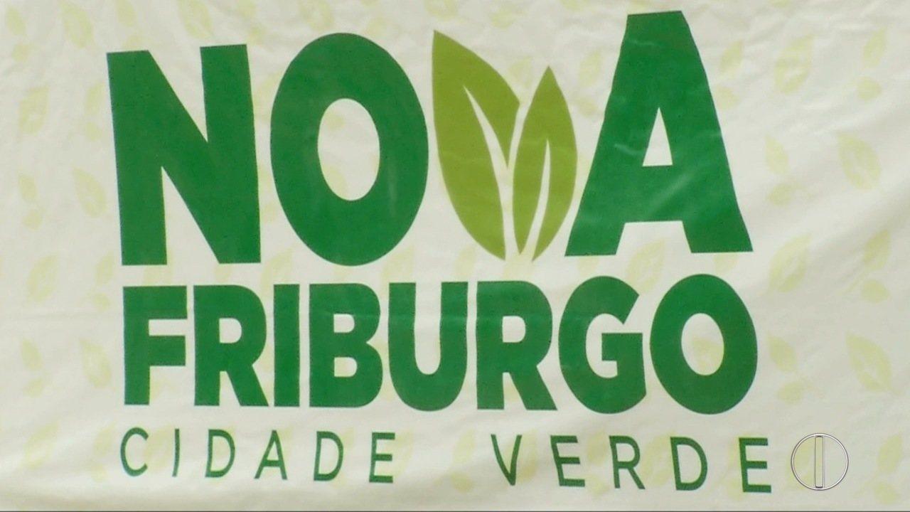 Mudas de árvores são distribuídas no centro de Nova Friburgo, RJ, nesta sexta-feira (23)