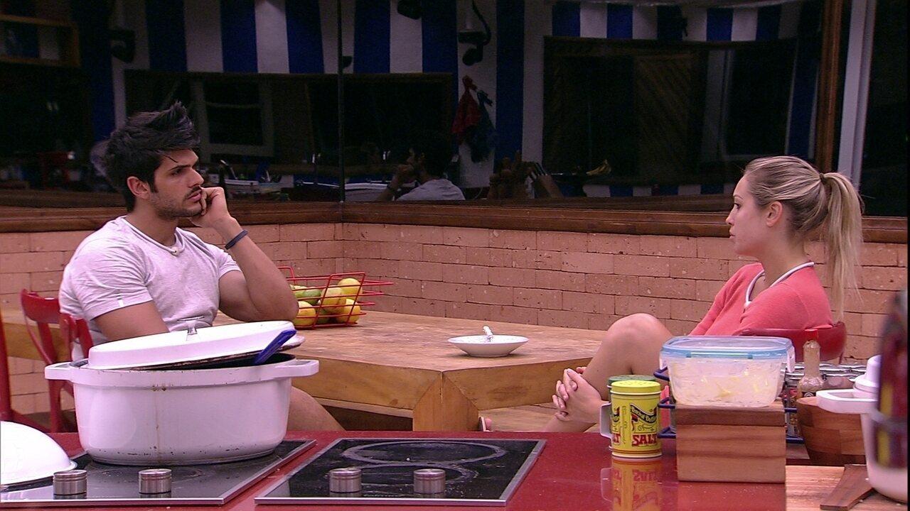 Jéssica comenta com Lucas que não se lembra de tudo da noite passada