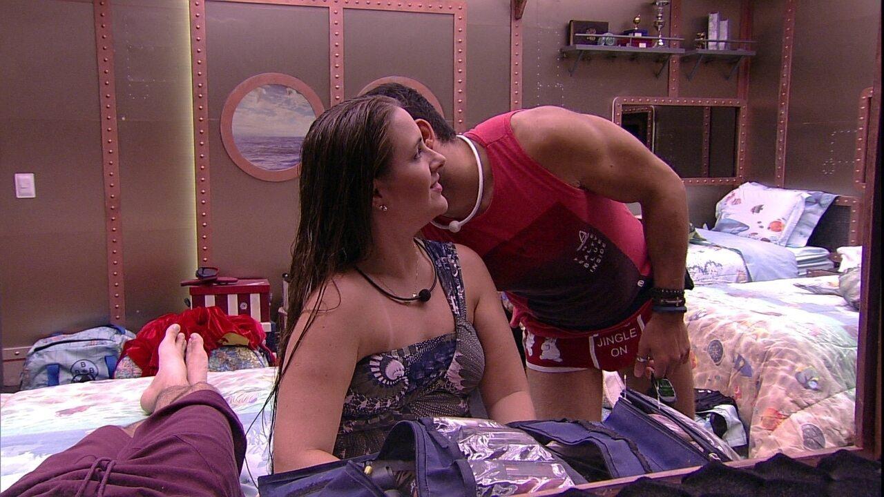 Kaysar dá um 'cheiro' em Patrícia e fala de romance: 'Gosto de falar embaixo do cobertor'
