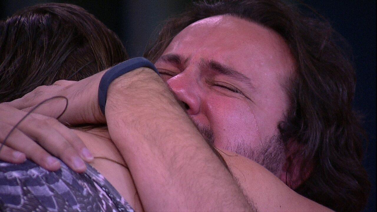 Diego chora com vídeo da família no almoço do Anjo