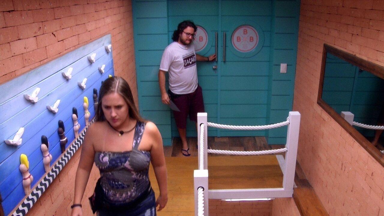 Diego e Patrícia saem do espaço multiuso
