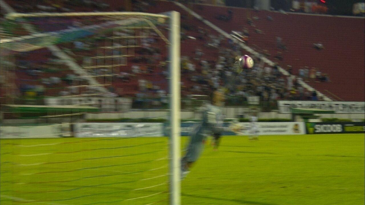 Victor! Léo Costa chuta, e o goleiro do Galo faz grande defesa, aos 34 do segundo tempo