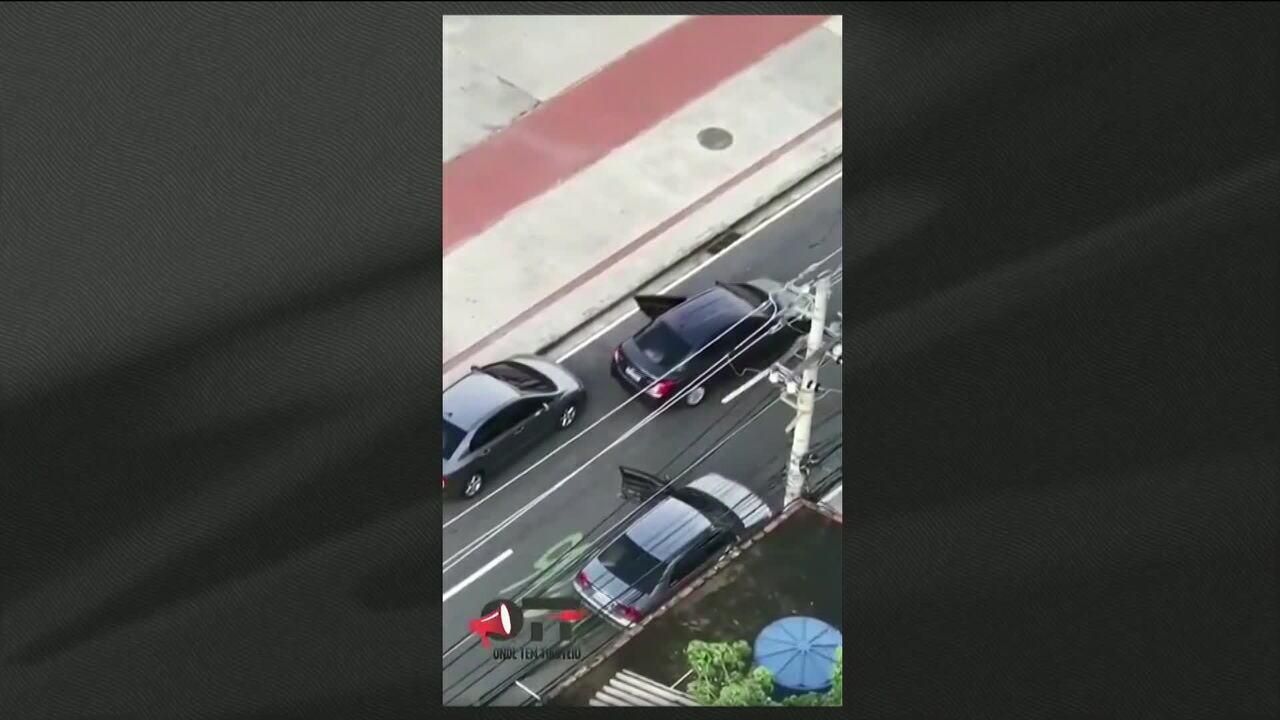 Vídeo mostra homem sendo tirado do carro por ladrões