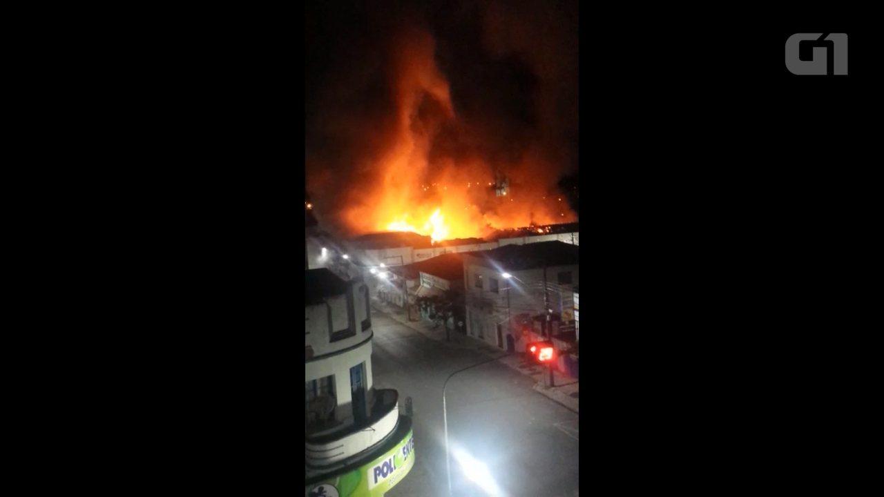Incêndio destrói centro de eventos em Irati