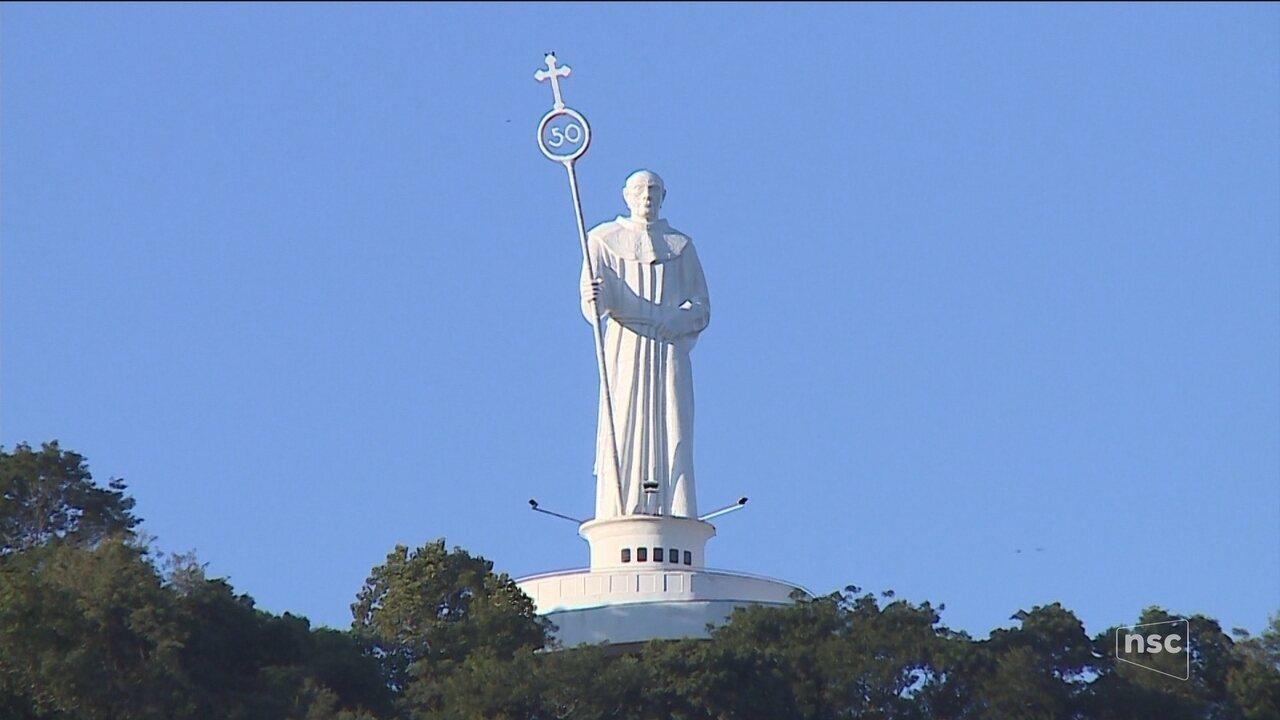 Fiéis buscam canonização de Frei Bruno; romaria reúne milhares de pessoas em Joaçaba
