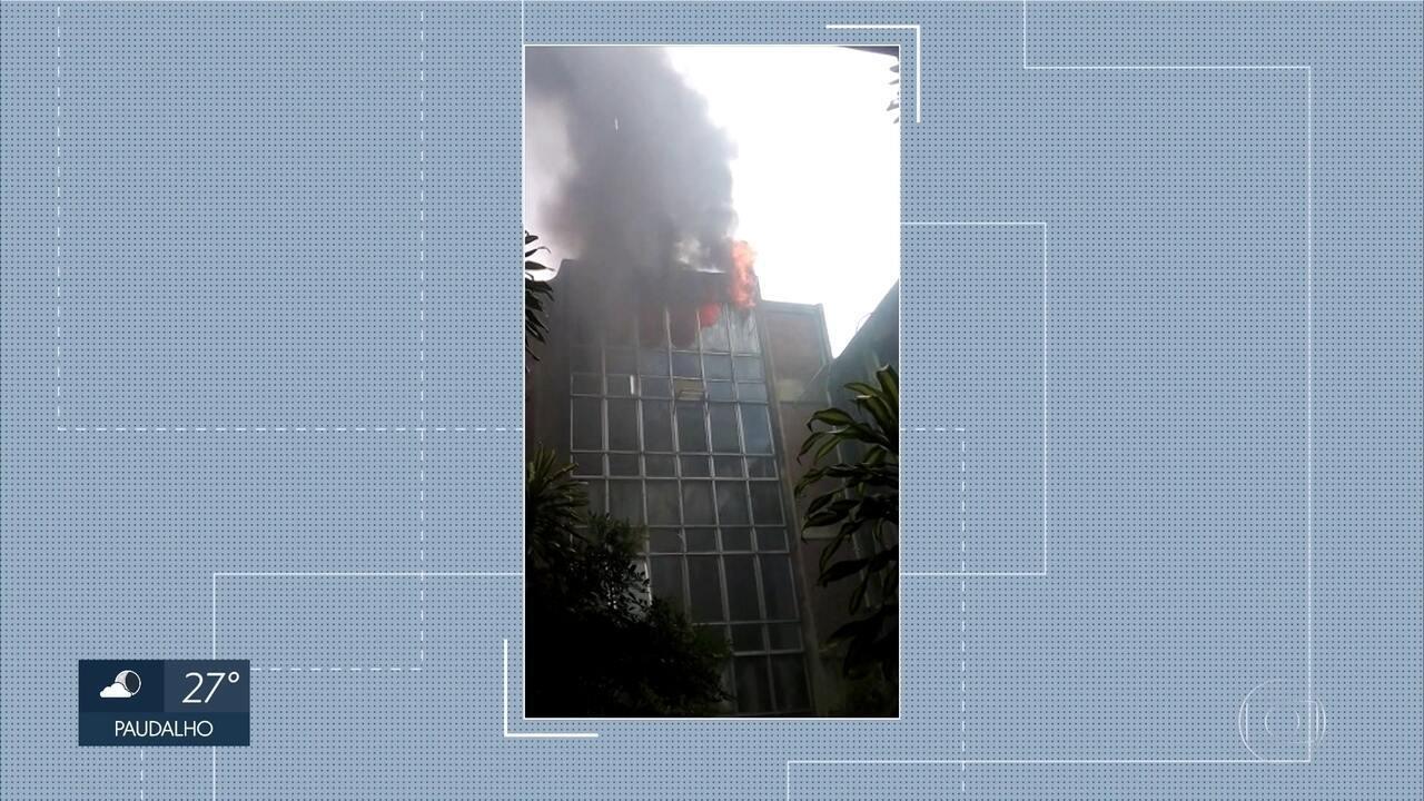 Bombeiros controlam incêndio no prédio da Biblioteca Central da UFPE