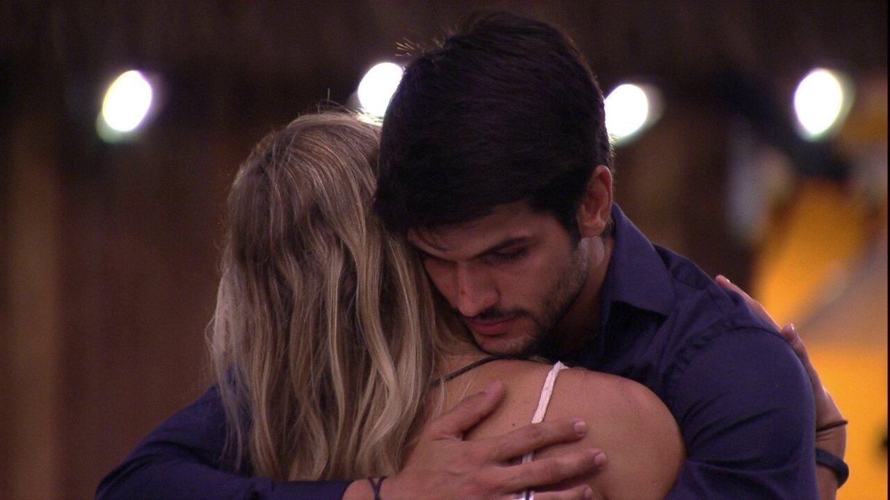 Lucas abraça Jéssica e diz: 'Você é uma pessoa especial para mim'