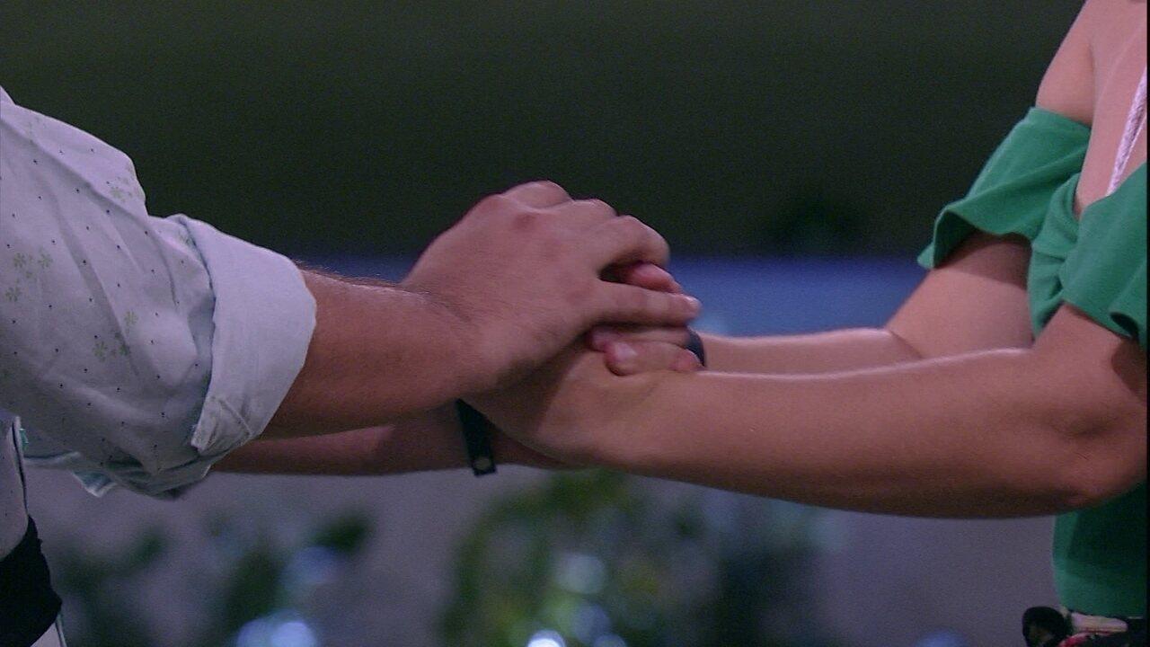 Patrícia abraça Diego e diz: 'Tanta coisa em comum'
