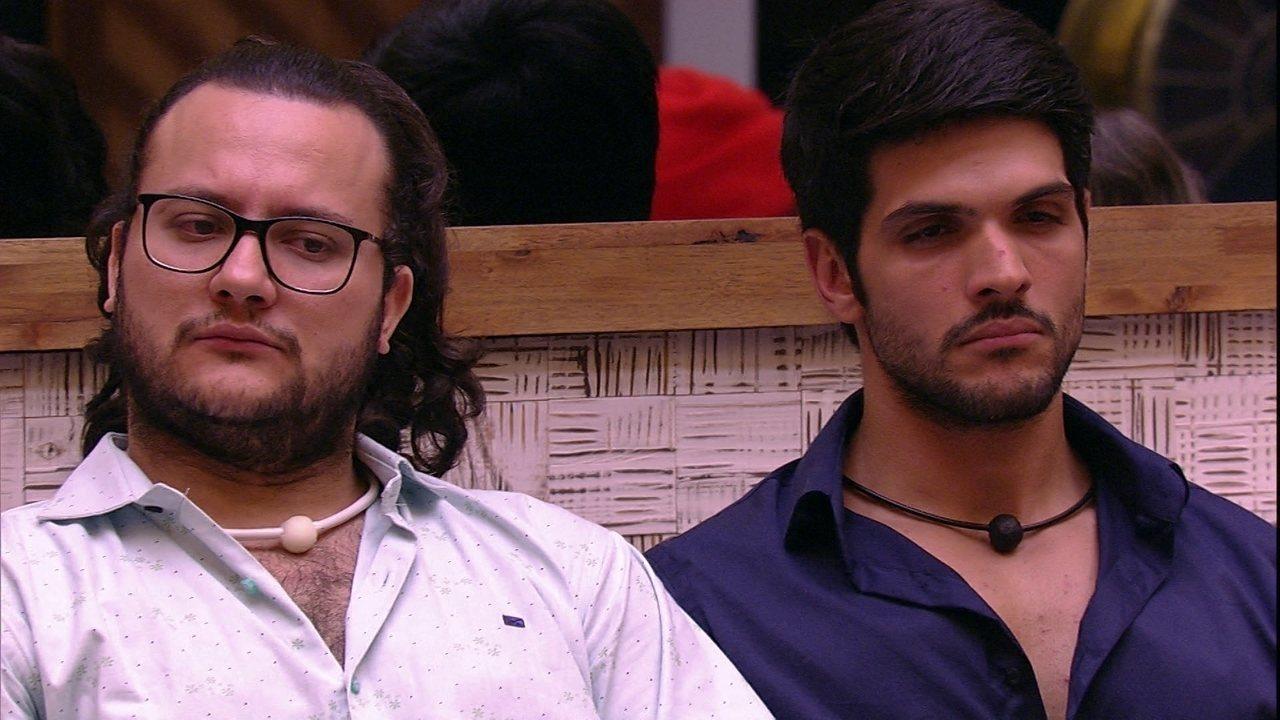 Lucas e Diego ficam pensativos na sala do BBB