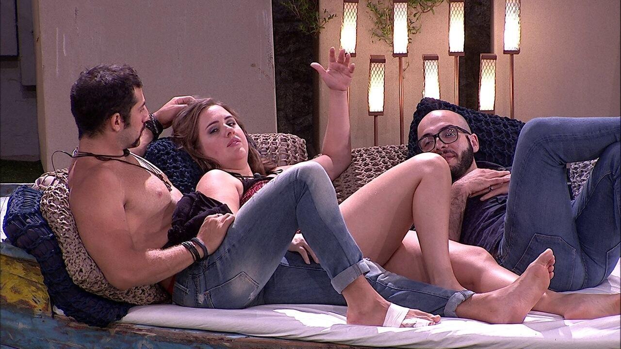 Mahmoud explica diferença entre amor e sexo para Patrícia e Kaysar