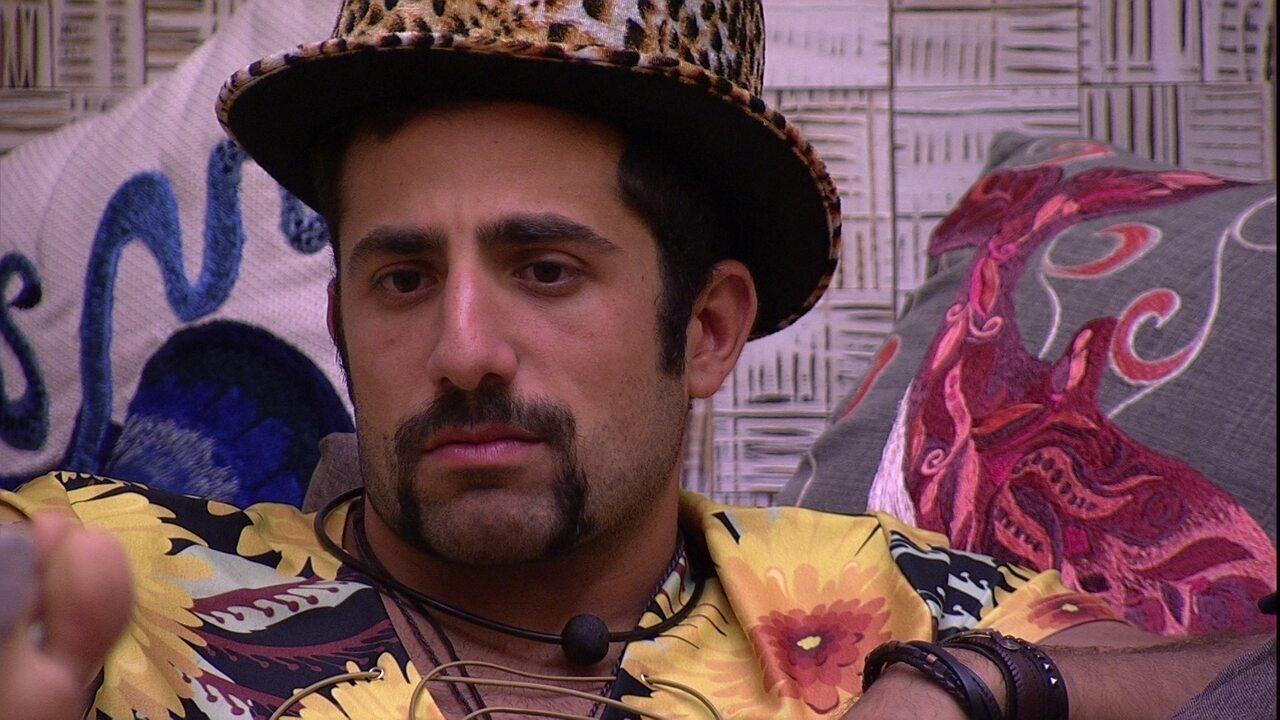 Kaysar reclama de silêncio na casa e Mahmoud analisa: 'Acho que é por causa de ontem'