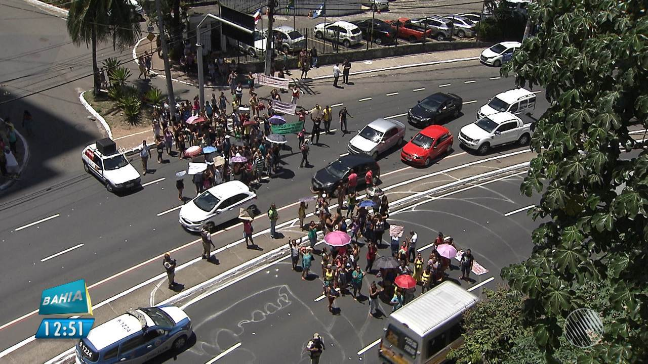 Manifestantes protestam na região da Secretaria de Educação de Salvador