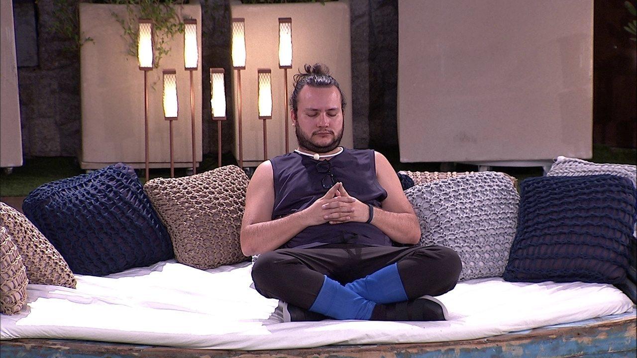 Diego se isola dos brothers e fica de olhos fechados no jardim em noite de Prova do Líder