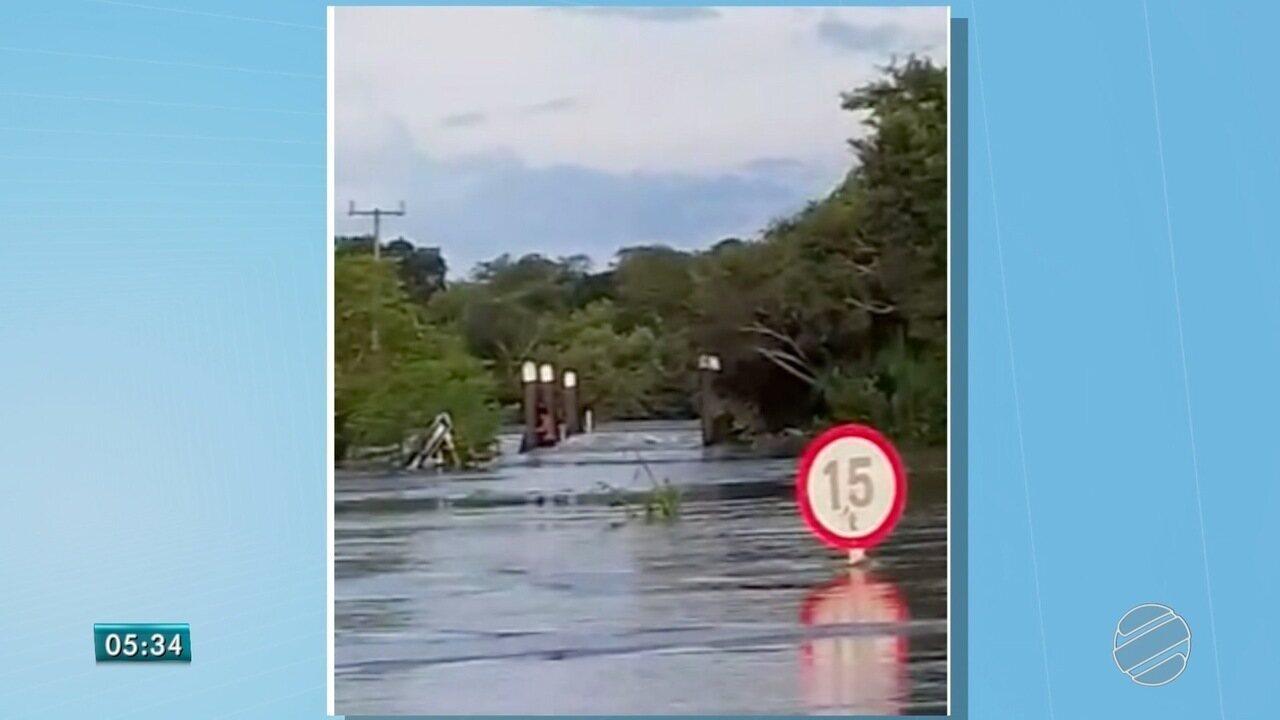 Ponte de madeira desaba e deixa famílias isoladas em MS
