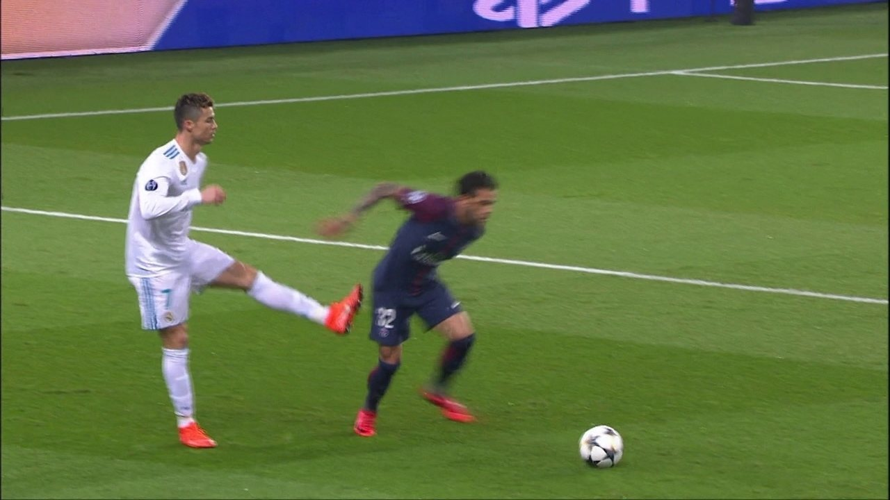 Perdeu a cabeça! Cristiano Ronaldo se estranha com Daniel Alves e tenta chutar adversário