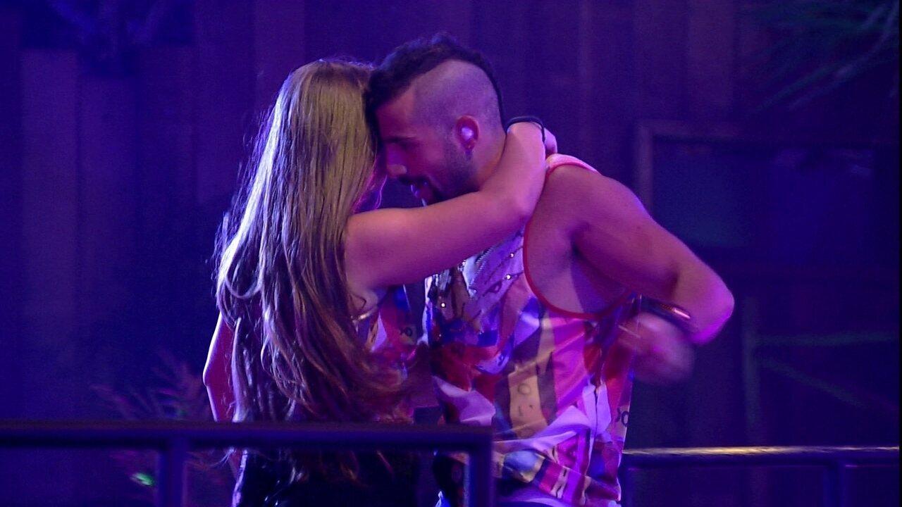 Patrícia e Kaysar sensualizam na pista de dança da Festa Axé