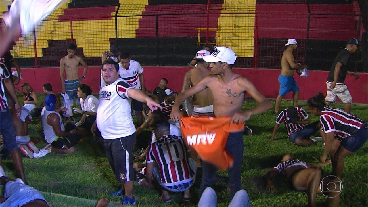 96b81aeb8efbd Confusão de torcida com PM em Sport x Santa deixa sessenta feridos ...