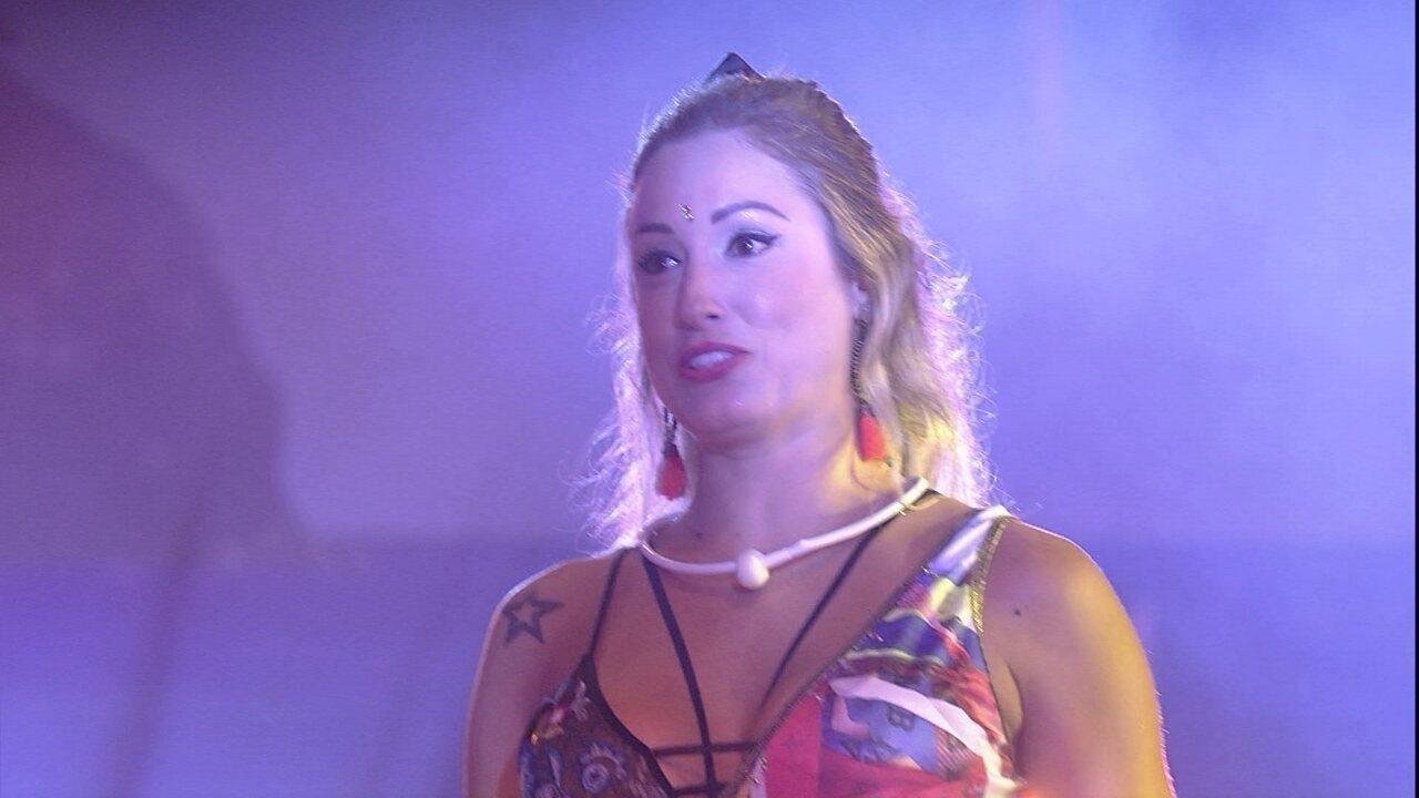 Jéssica canta hit 'Loka' para Breno e Paula