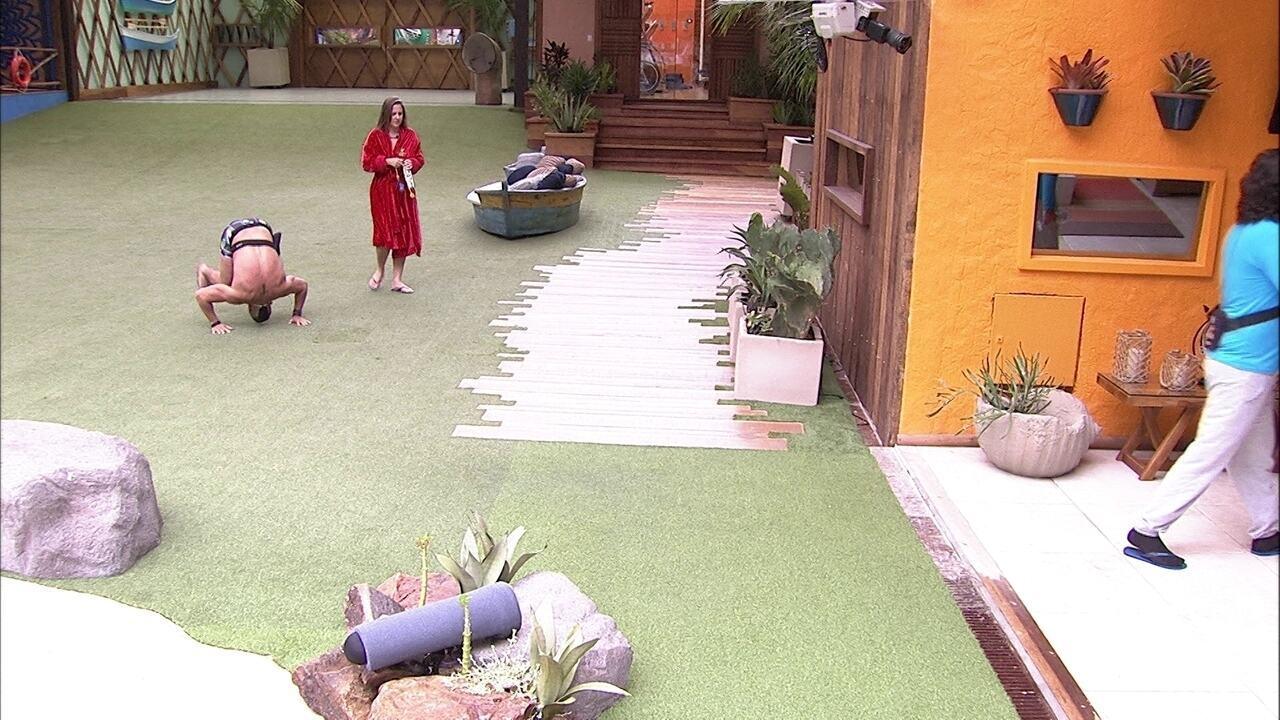 Kaysar dá cambalhotas no jardim