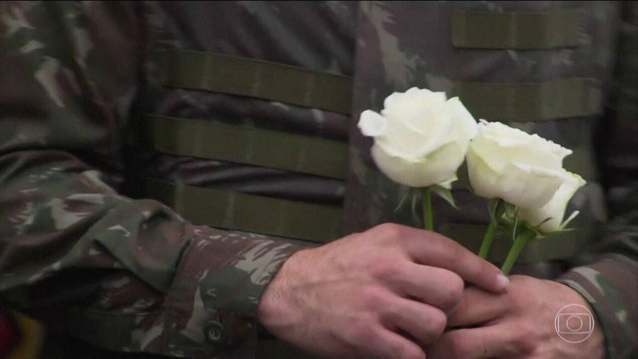 Militares das Forças Armadas distribuem flores às mulheres da Vila Kennedy (RJ)