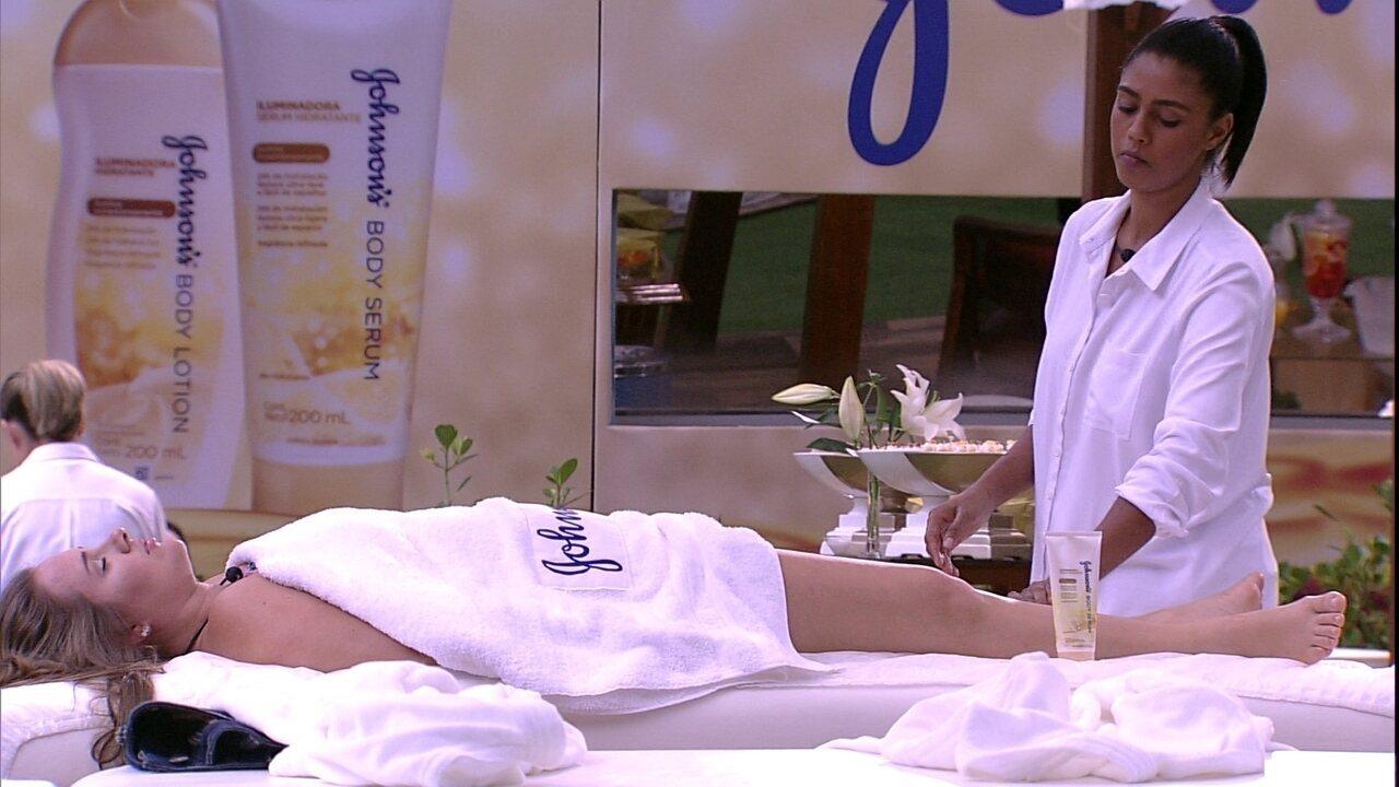 Patrícia aproveita massagem de olhos fechados