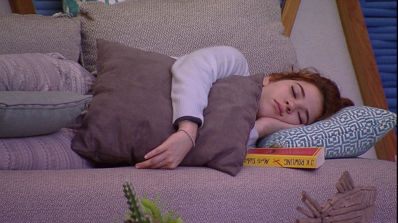 Ana Clara dorme na área externa