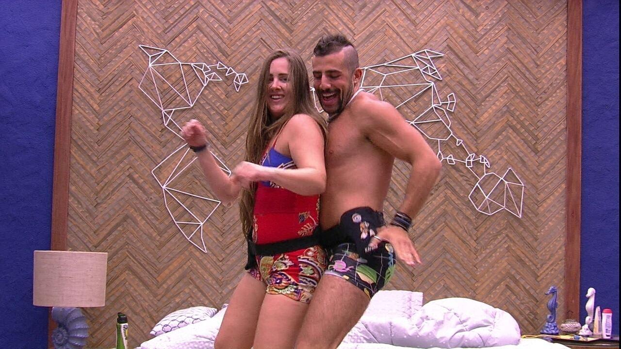 Patrícia e Kaysar dançam em cima da cama no Bangalô do Líder