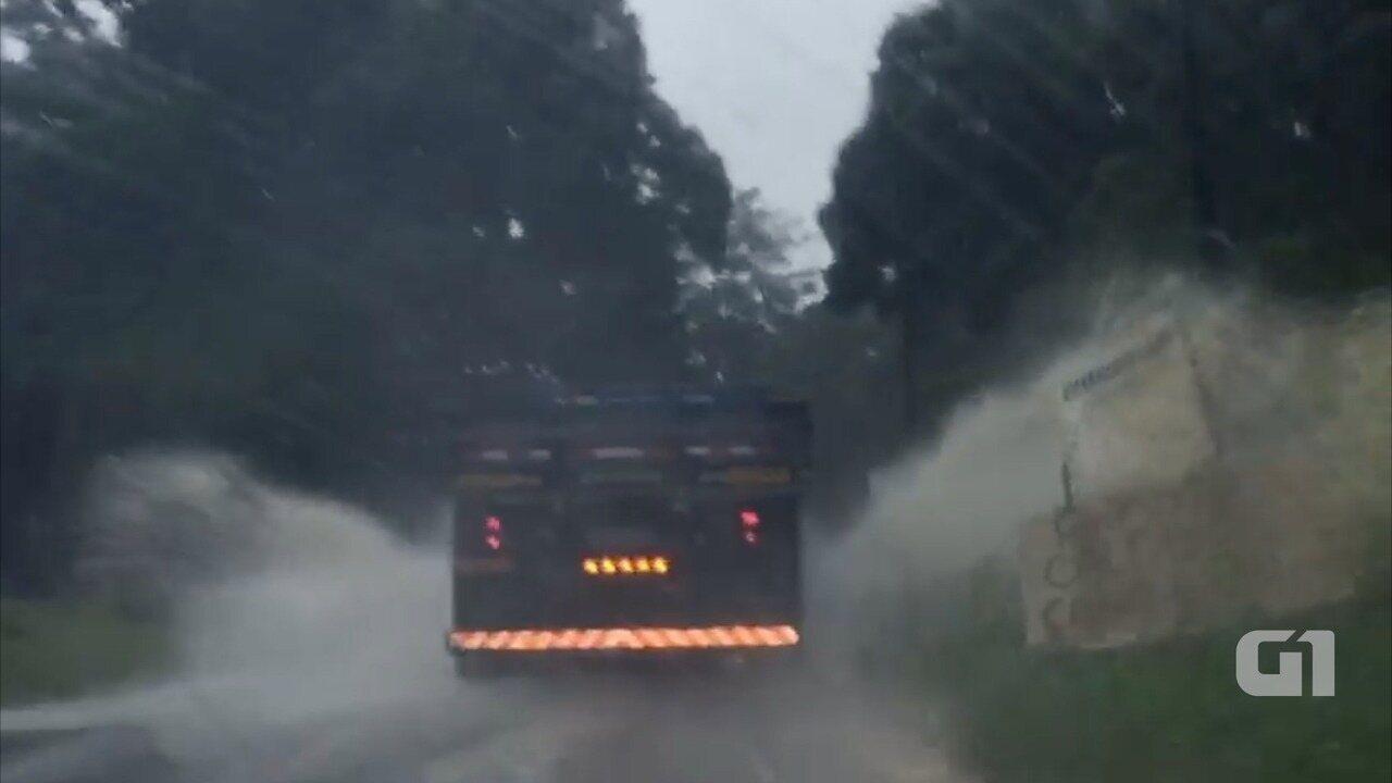 Resultado de imagem para Motoristas precisam de atenção para trafegar na RJ-106 em Saquarema por conta da chuva